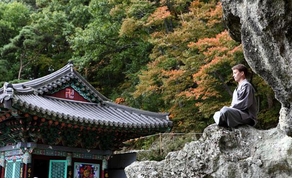 Trải nghiệm tham thiền trong tour du lịch Hàn Quốc màu hè